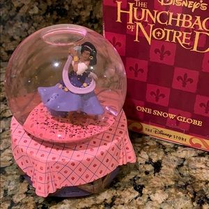 Disney The hunchback of Notre Dame snow globe